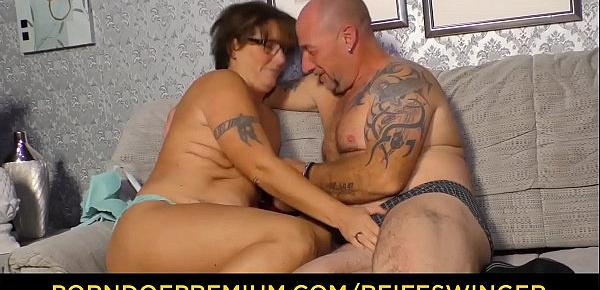 REIFE SWINGER - Curvy granny with glasses threeway sex